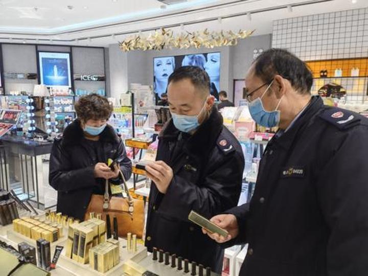 金凤区一商店经营过期化妆品,被罚款1万元!