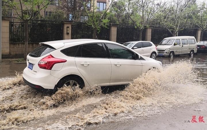 狂风暴雨下树叶堵塞下水道 南昌部分路段出现严重积水