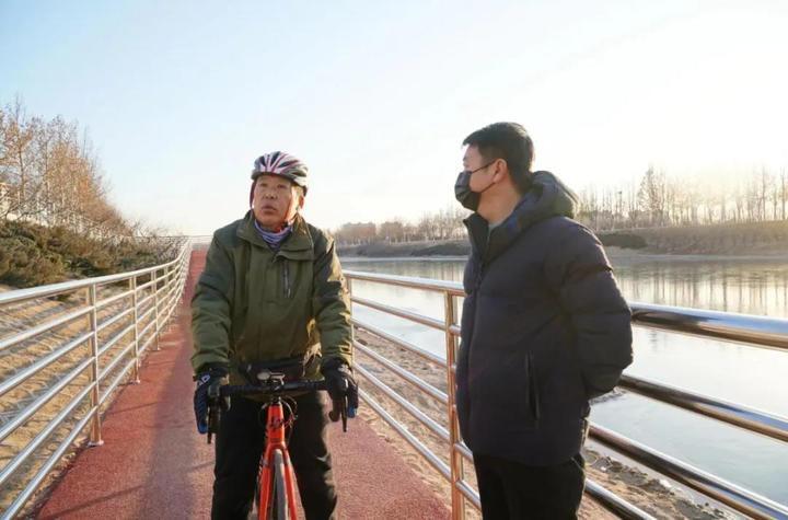 房山这里铺设彩色自行车道~长阳这里还设置了立体停车设施!