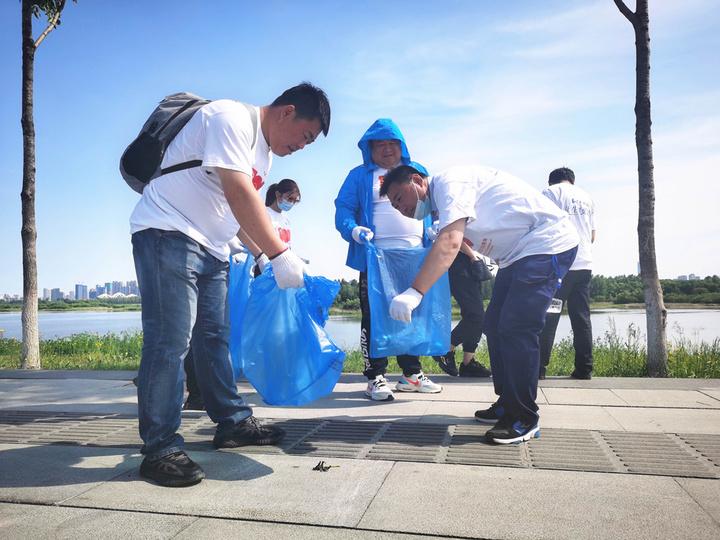 爱护母亲河 清理白色垃圾|保利物业哈尔滨区域公司主题党日活动