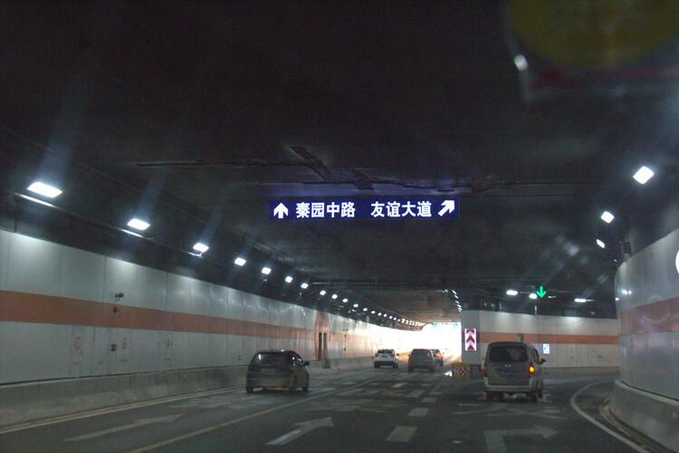 济泺路穿黄北延隧道或预留轨道交通 双向六车道 隧道长约3115米