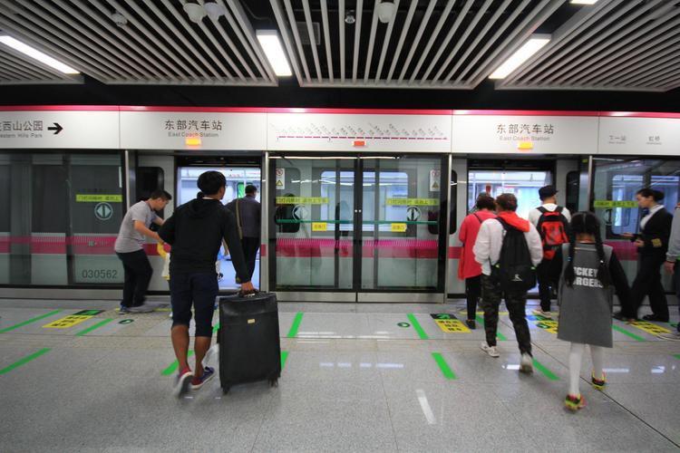 昆明地铁开通绿色通道 高考期间考生可携两名家属免费乘地铁