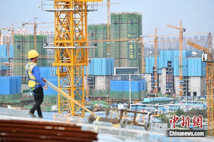 资料图:一在建楼盘工地工人正在忙碌。 中新社记者 张浪 摄