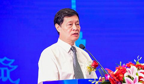 中国房地产业协会副会长兼秘书长陈宜明主持论坛
