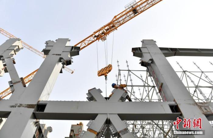 资料图:雄安商务服务中心项目建设者正在进行施工作业。 中新社记者 韩冰 摄