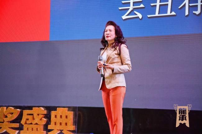 ▲国家一级艺术形象设计、北京市东城区13届政协委员,中国流行色协会副会长 于西蔓